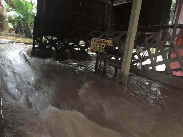 Nước lũ cuồn cuộn đổ vào nhà người dân tại vùng quê Thừa Thiên Huế (ảnh: N.Phương)
