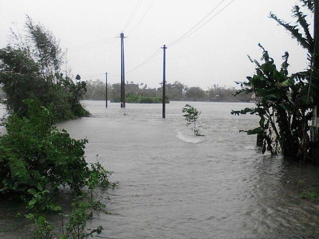 Nhiều vùng ở huyện Quảng Điền nước ngập sâu (ảnh: H. Hạnh)