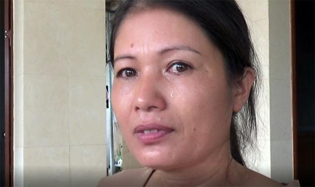 Người dì ruột của em Hoa đã bật khóc khi đứa cháu bất hạnh nhận được nhiều yêu thương của cộng đồng.