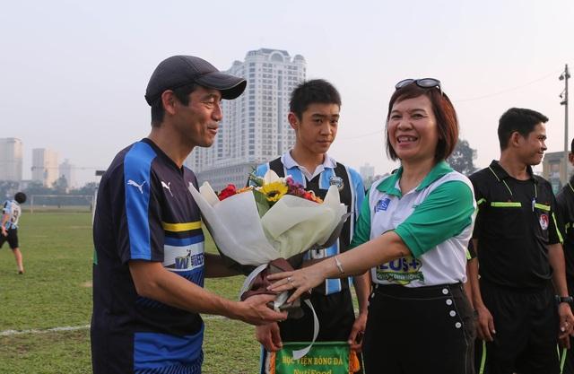 Đại diện phía Nutifood đón đội U13 Kawasaki (Nhật) trên sân Phú Thọ (TPHCM)