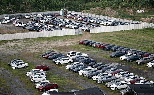 Bãi để xe mới của hai đại lí KIA Long Biên và Mazda Long Biên trong tháng 4 và tháng 5 vừa qua luôn có nhiều xe.