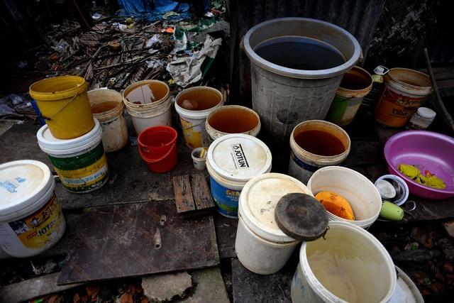Các gia đình mua sắm thùng về hứng nước mưa để dành dùng dần. Những tháng không có mưa, họ phải xách thùng đi mua hoặc xin nước ở khu lân cận.