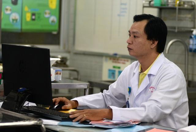 Bác sĩ Toàn là trưởng ekip trực trong đêm giao thừa, anh Toàn cho biết: Chúng tôi phải luôn sẵn sàng vì đêm 30 và sáng mùng 1 đông hơn ngày thường.
