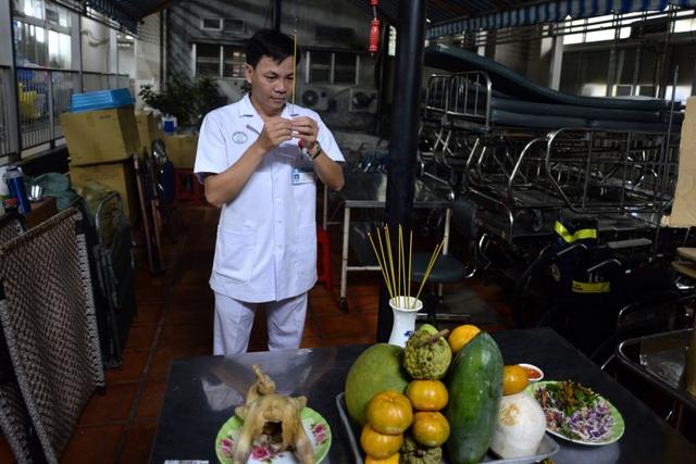Để có không khí Tết, các bác sĩ khoa cấp cứu bệnh viện Chợ Rẫy sắm ít hoa quả thắp hương vào thời khắc giao thừa. Tuy nhiên, từng người thay phiên nhau thắp nhang vì phải trực bệnh nhân.