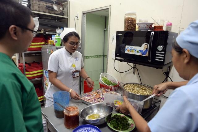 Nữ điều dưỡng Kim Thành đã có 8 năm làm việc ở khoa cấp cứu bệnh viện Chợ Rẫy. Chị Thành tranh thủ thời gian được nghỉ phụ giúp bày biện các món ăn để cúng vào đêm giao thừa.