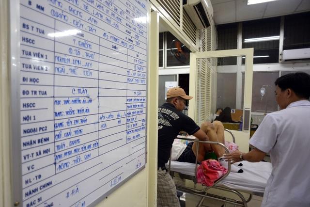Mỗi ca trực ở khoa cấp cứu bệnh viện Chợ Rẫy kéo dài từ 19h ngày 30 Tết đến 7 giờ sáng mùng 1 mới hoàn thành.