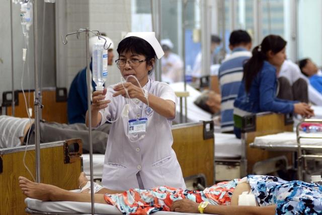 Tại khoa cấp cứu, các bác sĩ và điều dưỡng luôn phải túc trực và theo dõi bệnh nhân. Cô Nguyễn Thị Nho, điều dưỡng ở khoa cấp cứu bệnh viện Chợ Rẫy đang truyền thuốc cho nữ bệnh nhân mới được đưa vào cấp cứu.