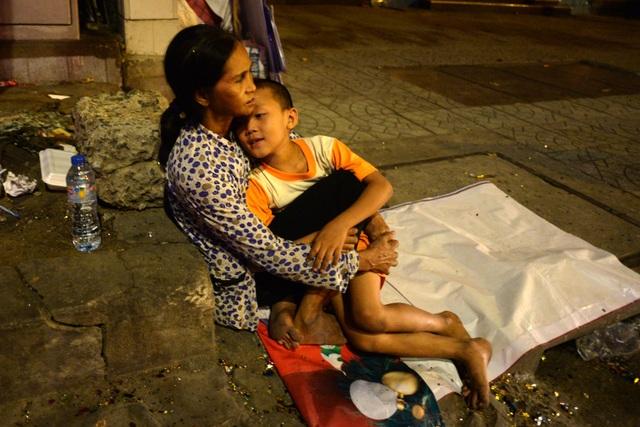 Bà Thạch Thị Hương (64 tuổi, quê Sóc Trăng) lên Sài Gòn lượm ve chai kiếm sống. Trong đêm giao thừa, bà Hương phải ôm cháu vào lòng để giữ ấm cho cháu ngủ.