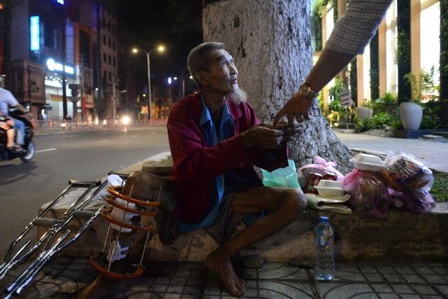 Trong đêm giao thừa, ông Tiều được 1 số người tặng lì xì. Tiền người ta lì xì, tôi để dành mua thuốc thang cho chân nhanh bớt chứ không dám tiêu đâu.