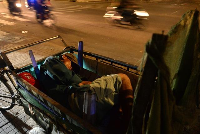Chiếc xe ba gác không đủ che chắn gió cho giấc ngủ của ông Tư.