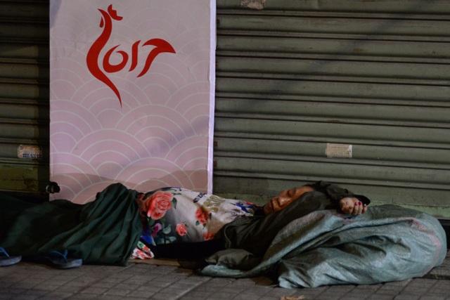 Đêm 30 Tết, thời tiết Sài Gòn se lạnh, nhiều người vô gia cư cố thu mình vào những chiếc áo mỏng, chiếc bao bố để ngủ.