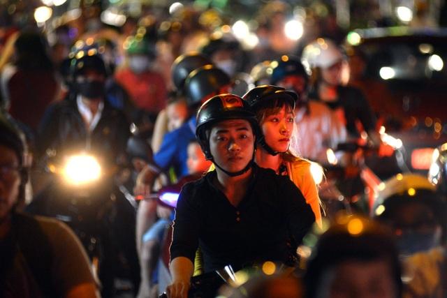 Mệt mỏi trong vòng xoay xe cộ ở trung tâm thành phố dịp đầu năm.