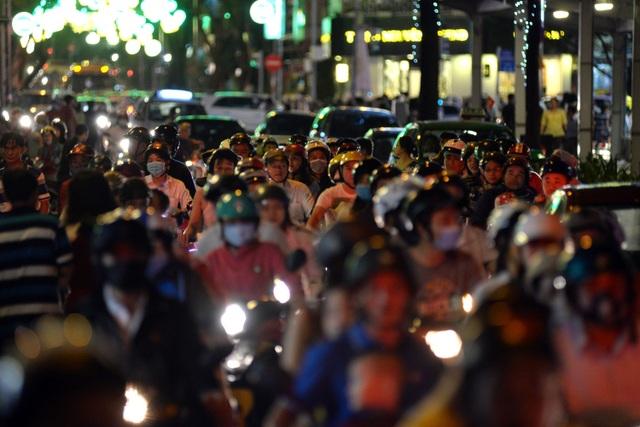 Hàng nghìn người đứng chôn chân trên đường Nam Kỳ Khởi Nghĩa, quận 1.