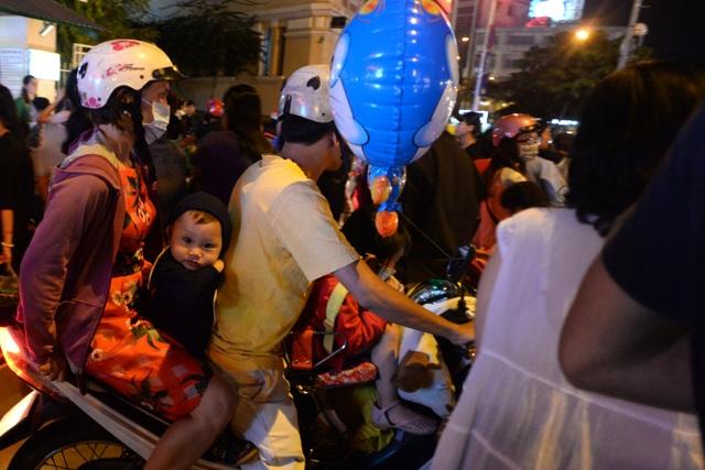 Nhiều gia đình chở nhau đi vào trung tâm thành phố và tắc cứng không thể di chuyển. Trẻ nhỏ mệt mỏi trong đám đông khói bụi và tiếng ồn.
