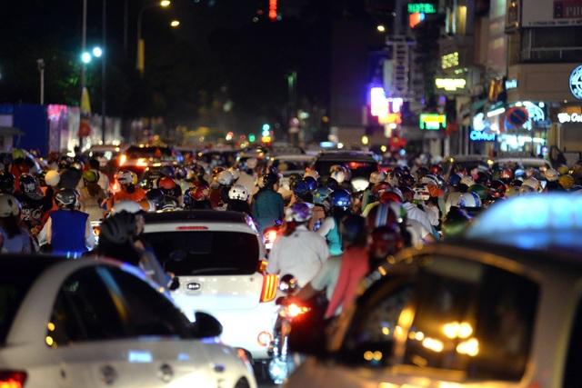 Tại các con đường trung tâm thành phố, các phương tiện đông nghìn nghịt, không thể di chuyển.