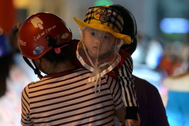 Em bé ngơ ngác khi bị vây trong biển xe cộ giữa trung tâm thành phố.