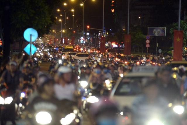 Tối mùng 1 Tết, các ngả đường ở trung tâm TPHCM đều đông đúc xe cộ, các phương tiện nhúc nhích từng chút.