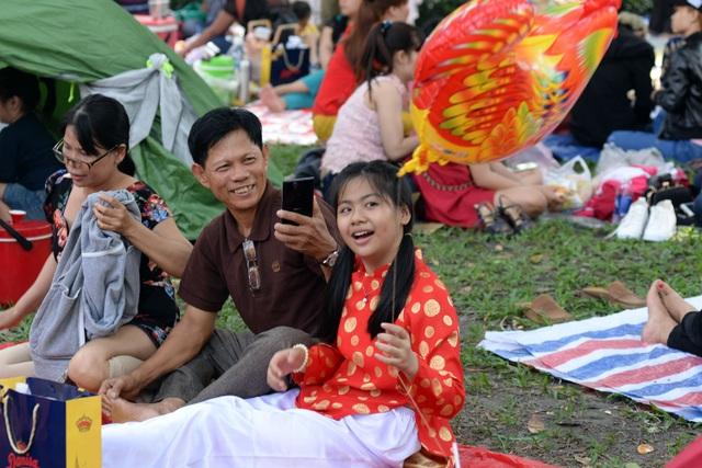 Nhiều gia đình mang theo bạt, ni lông trải trên thảm cỏ vui chơi.