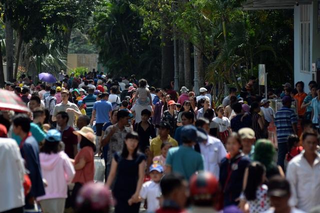 Từ sáng sớm mùng 2 Tết (29/1), hàng chục nghìn người đổ về Thảo Cầm Viên, quận 1, TPHCM để vui chơi.