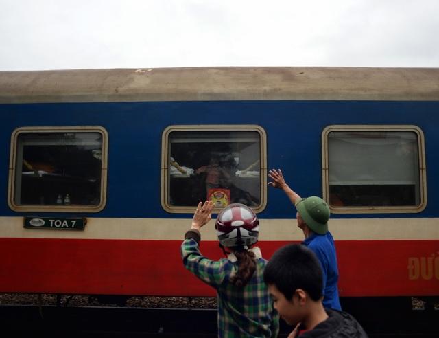 Bịn rịn phút chia tay người thân vào lại Sài Gòn