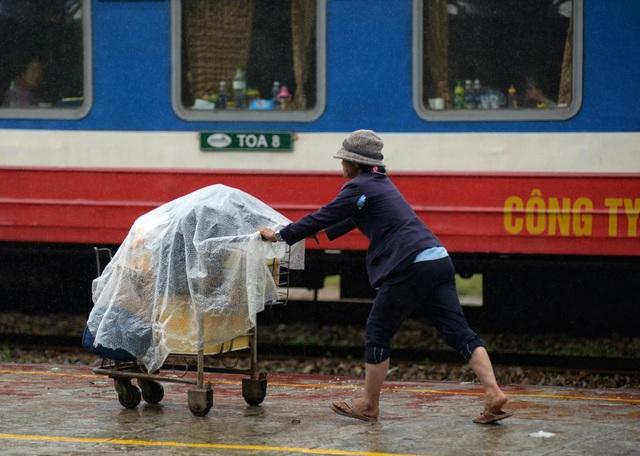 Vội vàng đưa hành lý lên tàu