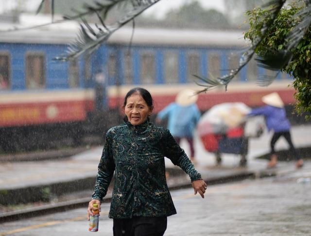 """Ùn ùn """"kéo nhau"""" đội mưa trở lại Sài Gòn - 1"""