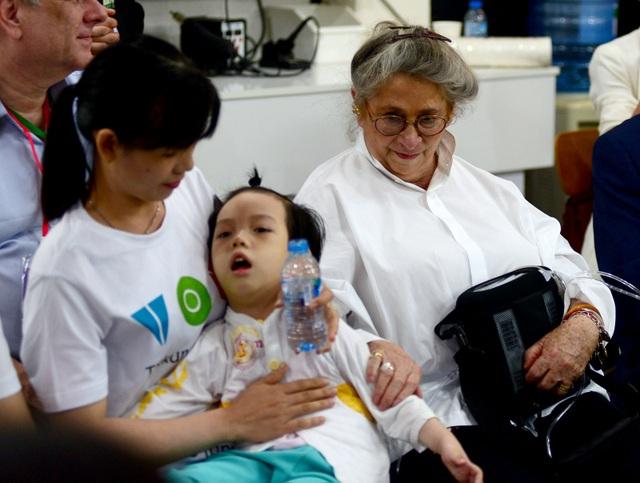 Phu nhân Tổng thống thăm hỏi bé Phương Uyên.