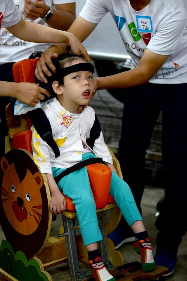 Chiếc ghế được các tình nguyện viên thiết kế dành cho bé Phương Uyên bị bại não.