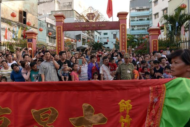 Hàng nghìn người đứng 2 bên đường để chào đón đoàn diễu hành đi ngang qua.