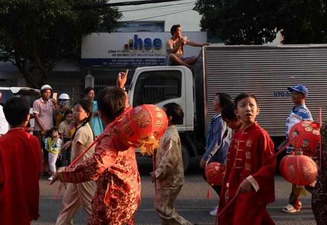 Tài xế xe tải dừng lại, leo lên nóc chụp hình để nhường đường cho đoàn diễu hành.
