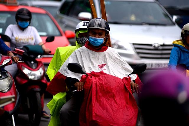 Do trời đổ mưa khiến việc lưu thông của các phương tiện gặp nhiều khó khăn hơn.
