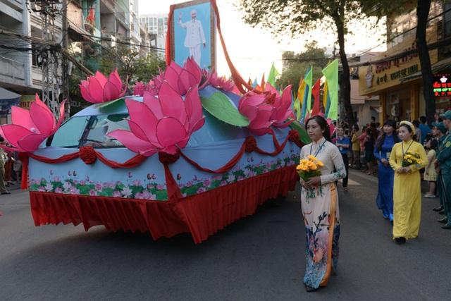 Đoàn rước kéo dài nhiều km, 1 chiếc xe trang trí hoa sen, đặt ảnh Bác Hồ đi đầu đoàn diễu hành.