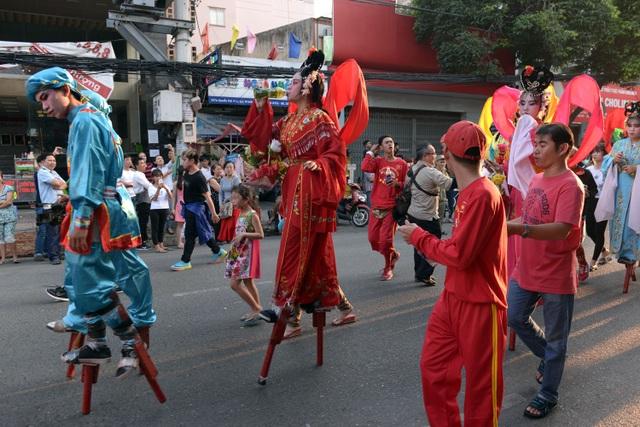 Diễu hành vào dịp này để người Hoa có thể phô diễn những nét truyền thống đặc trưng.