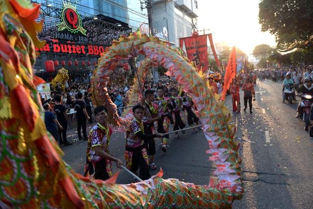 Đoàn diễu hành với nhiều đoàn lân sư rồng, các diễn viên hóa trang thành cung nữ, ông Phúc-Lộc-Thọ.