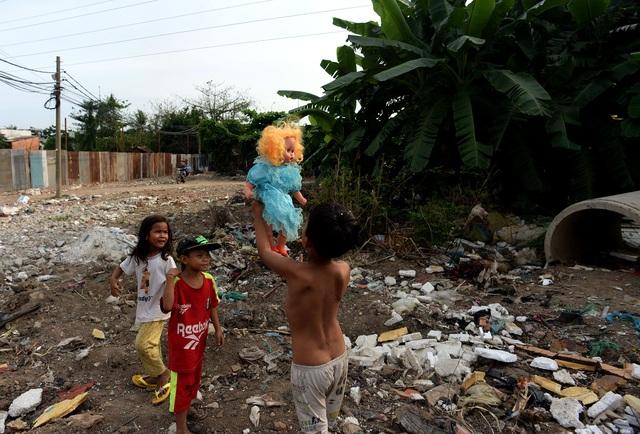 Những đứa trẻ thường ra bãi rác gần đấy để tìm các đồ chơi bị vứt đi để chơi với nhau.