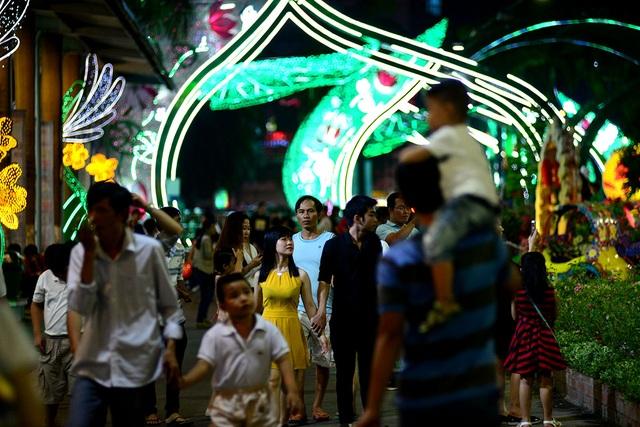 Tối 2/9, hàng nghìn người dân đổ về Công viên Văn hoá Đầm Sen để vui chơi, chiêm ngưỡng màn bắn pháo hoa chào đón ngày Quốc khánh.
