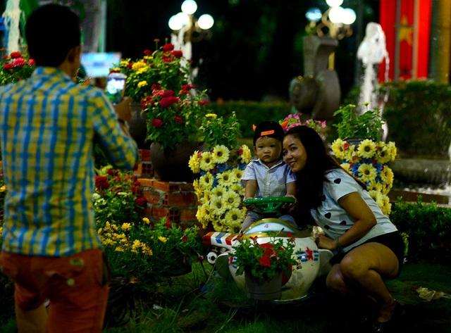 Các gia đình chụp hình kỷ niệm trước khi theo dõi bắn pháo hoa.