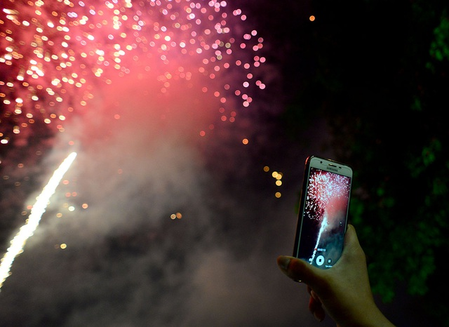 Lâu lắm rồi mới được nhìn thấy pháo hoa dịp lễ, tôi quay phim lại để về cho mọi người trong khu phố cùng xem, anh Nguyễn Quốc Tuấn (ngụ Tân Bình) chia sẻ.