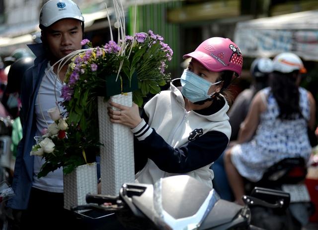 Theo khảo sát, đa phần khách hàng trực tiếp đến chợ hoa đều mua cho mình một bó từ 15 đến vài chục bông hoa chứ không mua riêng lẻ. Cũng có nhiều khách hàng đặt hẳn 99 đoá hồng với giá 1 triệu đồng. Không ít đơn hàng của các đấng mày râu là 200 đoá hồng vàng giá 1,8 - 2 triệu đồng.