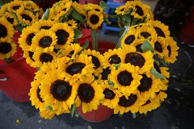 Giá hoa tăng chóng mặt trong ngày Valentine