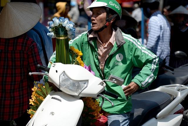 Các bác tài xế xe ôm được một ngày ăn theo mệt bở hơi tai. Mỗi khi một giỏ hoa cắm xong, các bác tài được chủ tiệm nhờ đi giao cho khách ở mọi nơi trong thành phố. Phí giao hàng phụ thuộc vào khoảng cách nên dao động từ vài chục đến vài trăm ngàn đồng.