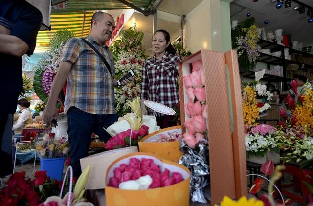Nhân viên shop hoa hoạt động hết... công suất để kịp đơn hàng. Tại cửa hàng hoa Thuỷ Mộc ngay đầu đường Hồ Thị Kỷ, nhiều bạn trẻ nghía rất kỹ từng giỏ hoa được cắm sẵn để mua. Giá các giỏ hoa dao động từ 200.000 đồng đến vài triệu đồng nhưng vẫn hút khách hàng.