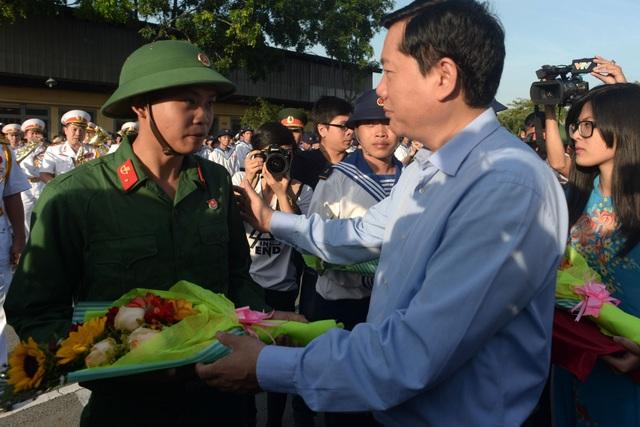 Bí thư Thành ủy TPHCM Đinh La Thăng đã đến tặng hoa, động viên các thanh niên thành phố lên đường nhập ngũ.