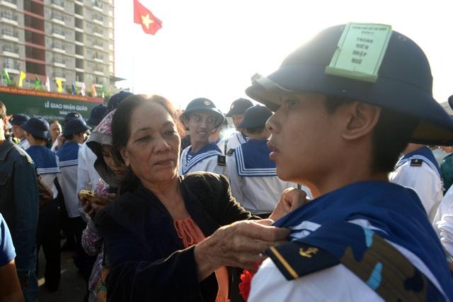 Mẹ của nam thanh niên đến từ quận Tân Bình sửa lại cổ áo cho con trai.