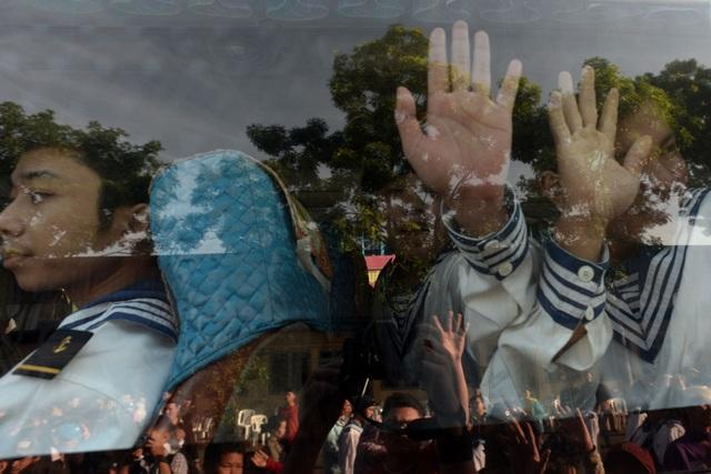 Các tân binh tạm biệt người thân lên đường nhập ngũ.