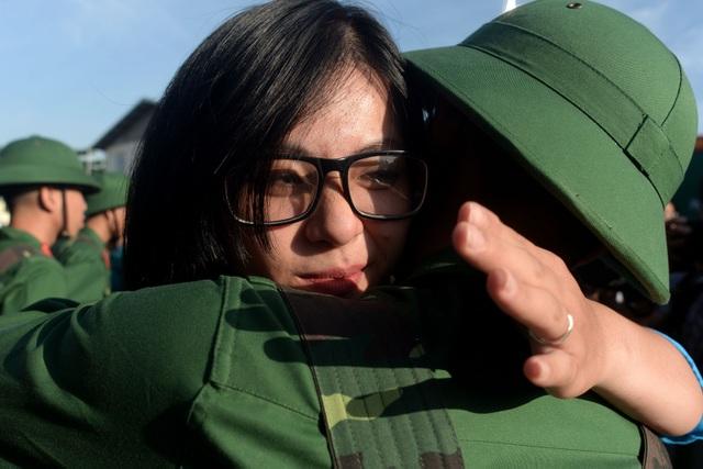 Thanh niên Việt Quân được bạn gái dành cho một cái ôm thật chặt trước khi lên đường.