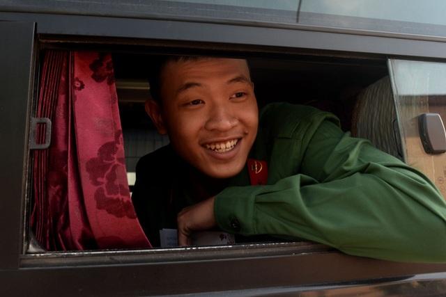Nụ cười rạng rỡ của thanh niên khi lên đường thực hiện nhiệm vụ.