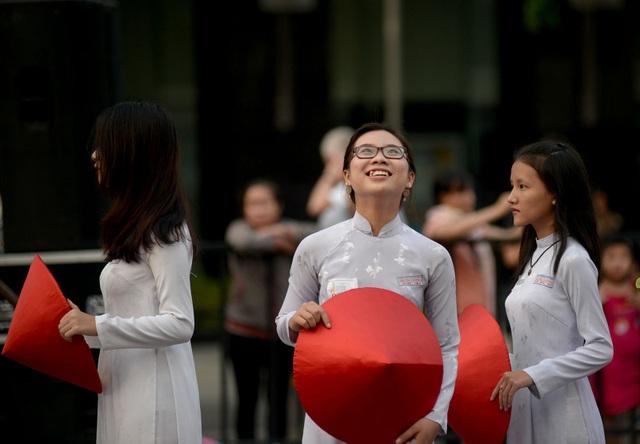 Nữ sinh trường THPT Trưng Vương cười tươi trước ống kính.