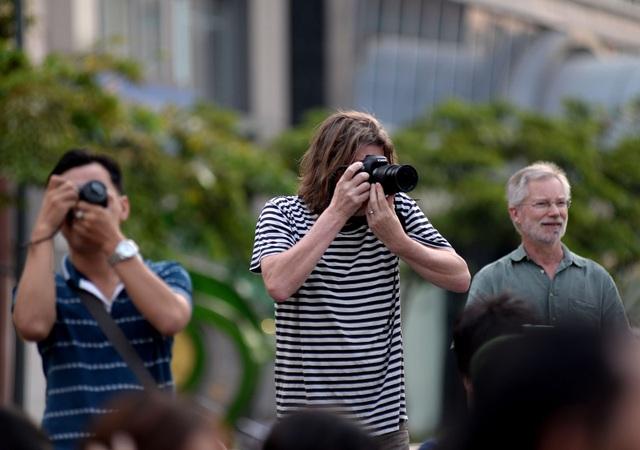 Nhiều khách nước ngoài theo dõi, chụp hình các bạn trẻ trong tà áo dài.