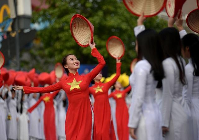 Các tiết mục múa, hát đặc sắc trong chương trình lễ hội áo dài năm 2017.